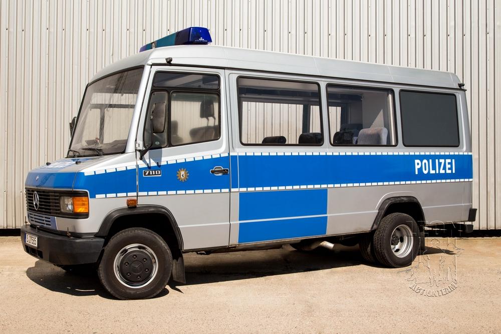 Mannschaftstransportwagen Mercedes 711 D mieten beim Leon Actionteam. Polizeifahrzeuge, Uniformen, Requisiten, Waffen für Film und TV in Berlin günstig mieten.