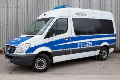 Einsatzleitwagen Mercedes Benz Sprinte mieten beim Leon Actionteam. Polizeifahrzeuge, Uniformen, Requisiten, Waffen für Film und TV in Berlin günstig mieten.