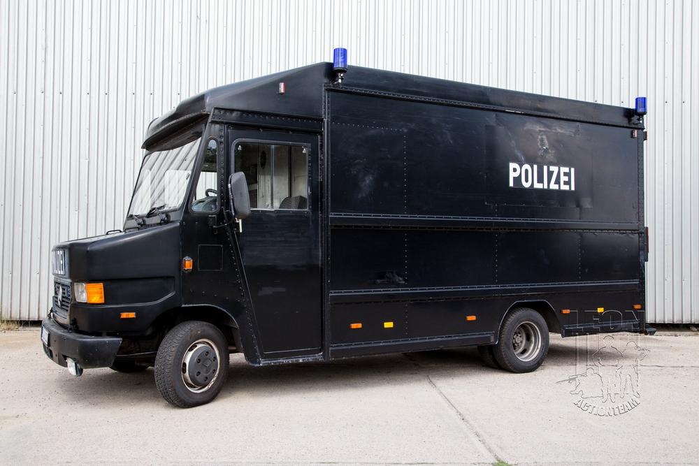 Spezialeinsatzfahrzeug Mercedes Benz T2 mieten beim Leon Actionteam.