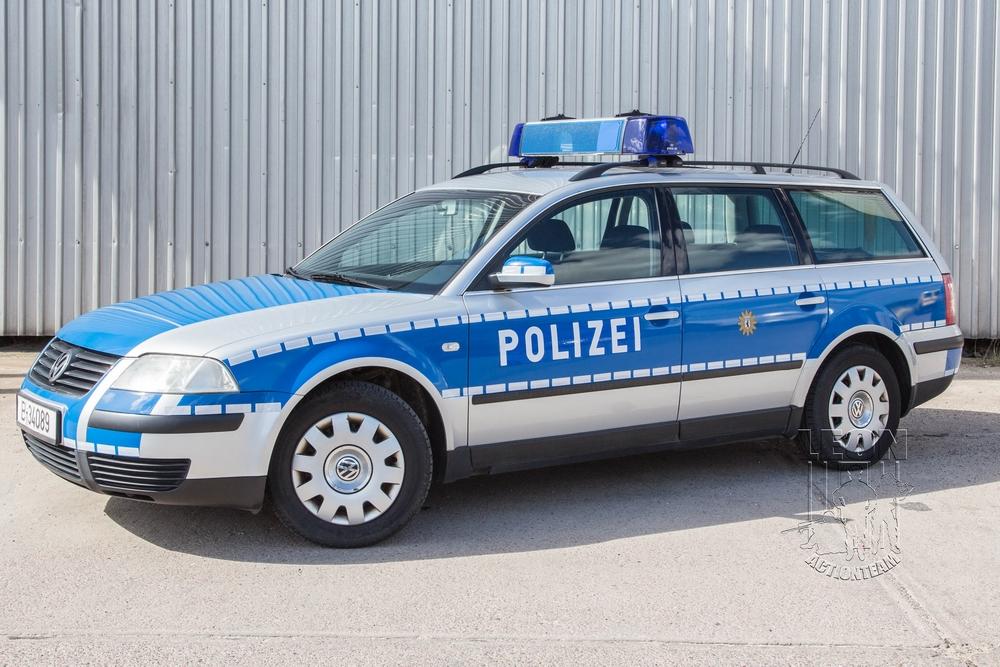 Streifenwagen VW Passat B5 mieten beim Leon Actionteam. Polizeifahrzeuge, Uniformen, Requisiten, Waffen für Film und TV in Berlin günstig mieten.