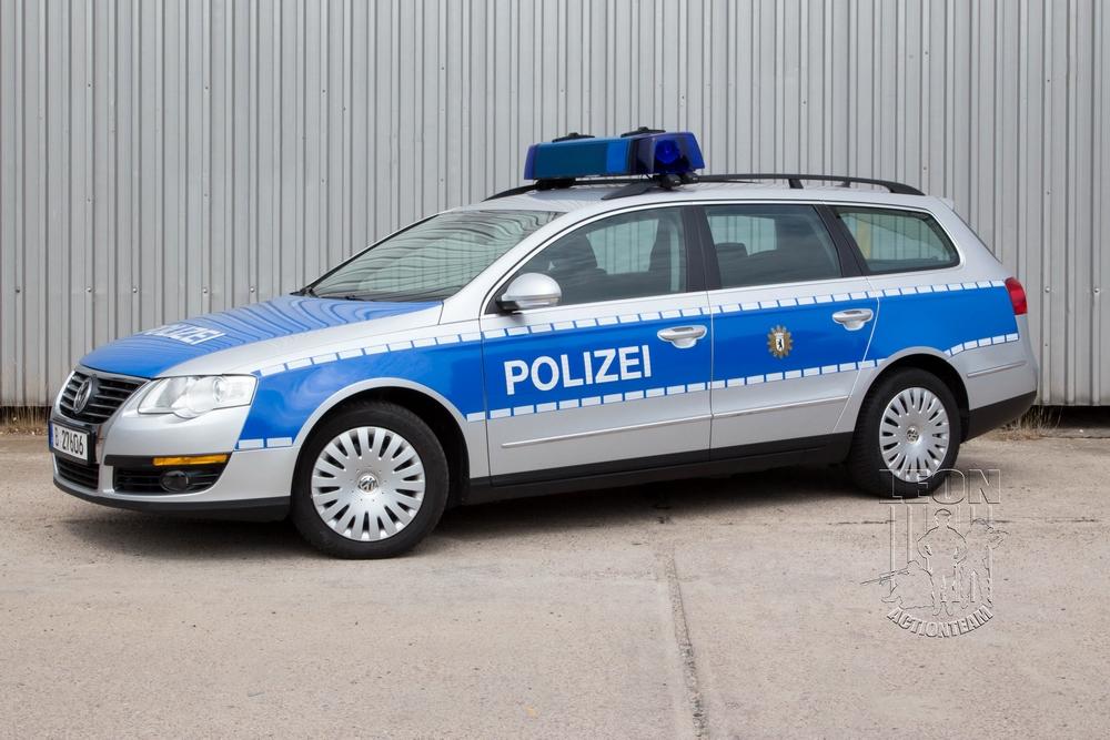 Streifenwagen VW Passat B6 mieten beim Leon Actionteam. Polizeifahrzeuge, Uniformen, Requisiten, Waffen für Film und TV in Berlin günstig mieten.