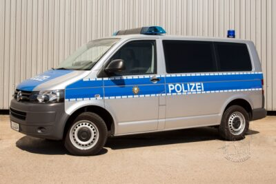 Streifenwagen VW T5 Facelift mieten beim Leon Actionteam. Polizeifahrzeuge, Uniformen, Requisiten, Waffen für Film und TV in Berlin günstig mieten.
