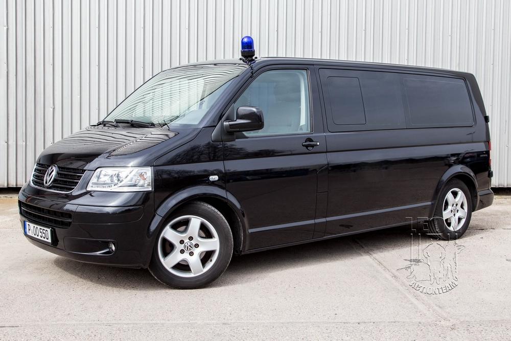 SEK / Spurensicherung VW T5 Zivil mieten beim Leon Actionteam. Polizeifahrzeuge, Uniformen, Requisiten, Waffen für Film und TV in Berlin günstig mieten.