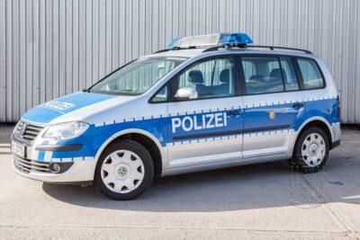 Streifenwagen VW Touran mieten beim Leon Actionteam. Polizeifahrzeuge, Uniformen, Requisiten, Waffen für Film und TV in Berlin günstig mieten.