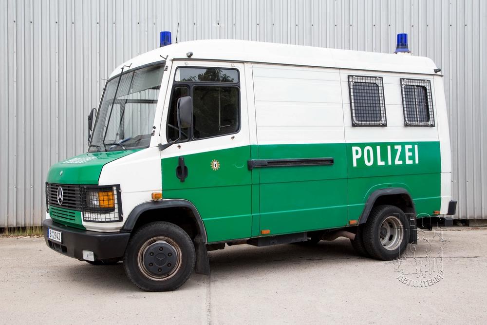 Mannschaftstransportwagen Mercedes 609 D mieten beim Leon Actionteam. Polizeifahrzeuge, Uniformen, Requisiten, Waffen für Film und TV in Berlin günstig mieten.