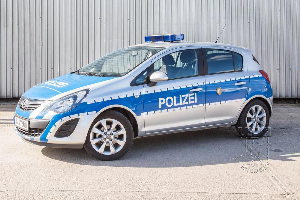 Polizei-Ordnungsamt Opel Corsa mieten beim Leon Actionteam. Polizeifahrzeuge, Uniformen, Requisiten, Waffen für Film und TV in Berlin günstig mieten.