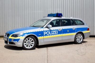 Streifenwagen BMW 5er E60 buchen beim Leon Actionteam. Polizeifahrzeuge, Uniformen, Requisiten, Waffen für Film und TV in Berlin günstig mieten.