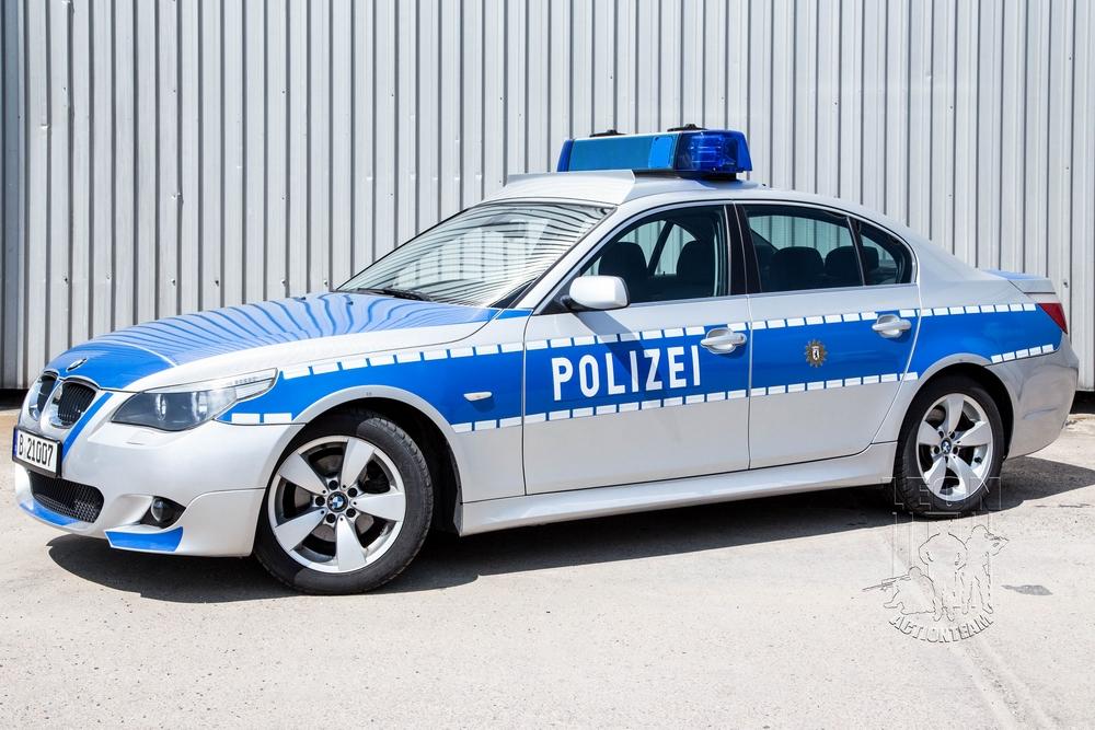 Streifenwagen BMW 5er Limousine mieten beim Leon Actionteam. Polizeifahrzeuge, Uniformen, Requisiten, Waffen für Film und TV in Berlin günstig mieten.