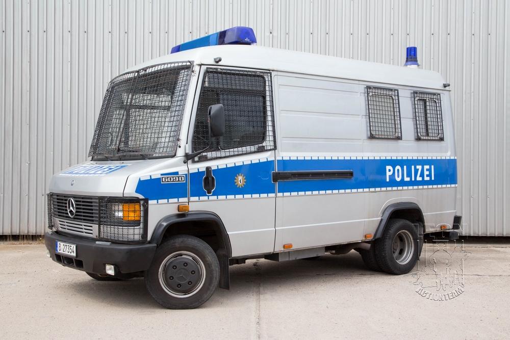 Gefangenentransporter Mercedes 711 D mieten beim Leon Actionteam. Polizeifahrzeuge, Uniformen, Requisiten, Waffen für Film und TV in Berlin günstig mieten.