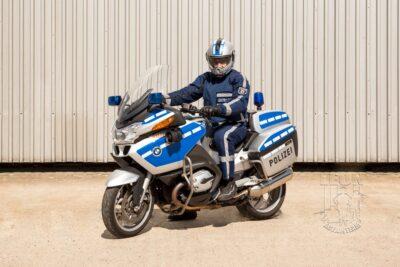 Polizeimotorad BMW R 1200 RT mieten beim Leon Actionteam. Polizeifahrzeuge, Uniformen, Requisiten, Waffen für Film und TV in Berlin günstig mieten.