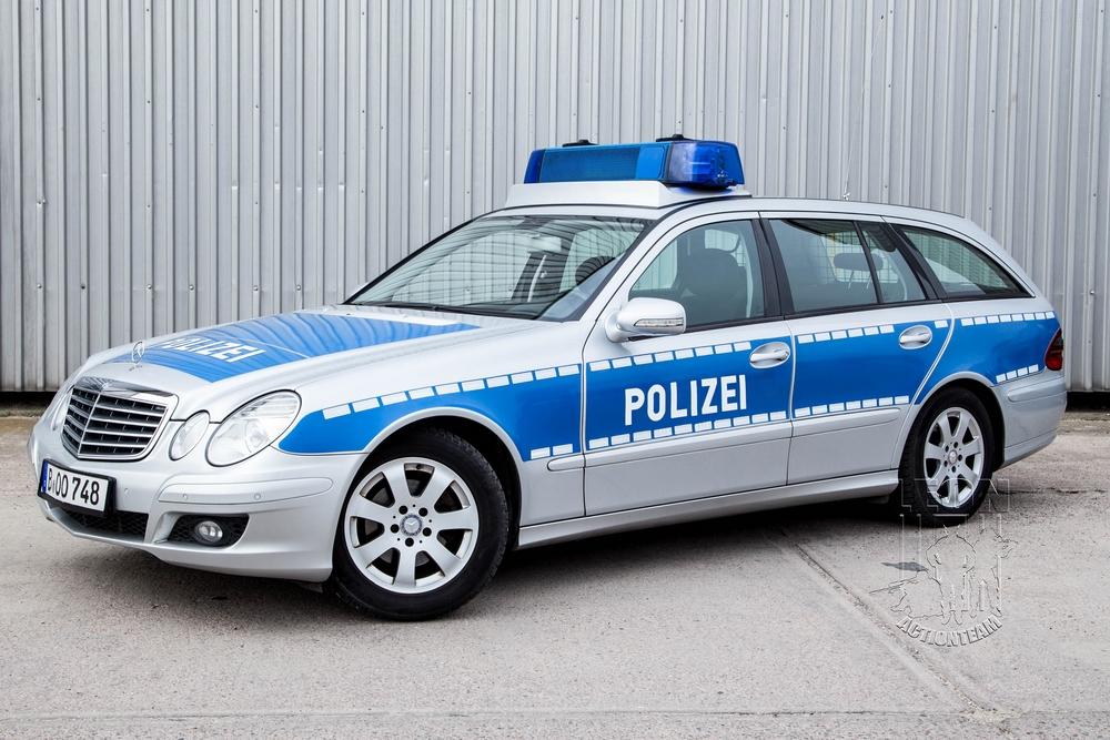 Streifenwagen Mercedes Benz E Klasse mieten beim Leon Actionteam. Polizeifahrzeuge, Uniformen, Requisiten, Waffen für Film und TV in Berlin günstig mieten.