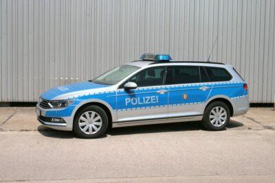 Streifenwagen VW PASSAT B8 mieten beim Leon Actionteam. Polizeifahrzeuge, Uniformen, Requisiten, Waffen für Film und TV in Berlin günstig mieten.