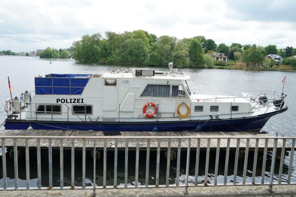 LEON Polizei Boot